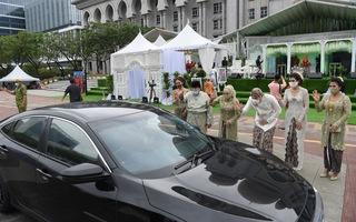 Video: Kỳ lạ đám cưới 10 ngàn khách nhưng không có bàn tiệc ở Malaysia