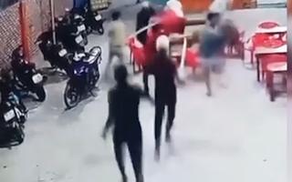 Video: Nhóm thanh niên cầm hung khí xông vào quán nhậu truy sát ở Bình Thuận