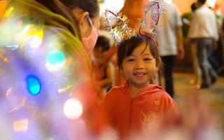 Video: Thời tiết se lạnh, người dân Sài Gòn đổ xuống đường mừng Giáng sinh sớm