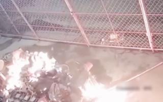 Video: Mâu thuẫn chuyện làm ăn, người đàn ông tưới xăng đốt nhà hàng xóm