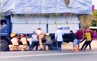 Video: CSGT và người dân hợp sức giữ thăng bằng, giải cứu chiếc xe tải sắp bị lật ở Đồng Nai