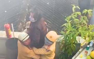 Video: Cảnh sát giao thông Hải Phòng leo lầu cứu bà cụ 83 tuổi mắc kẹt trong căn nhà đang cháy
