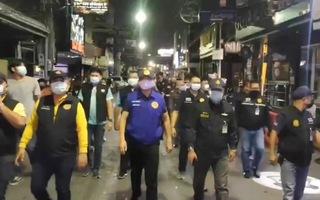 Video: Cảnh sát Thái Lan tổng kiểm tra quán bar sau khi bùng phát hơn 1.000 ca mắc COVID-19