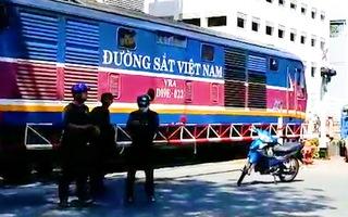Video: Người phụ nữ phơi đồ ở đường ray bị tàu hỏa tông tử vong