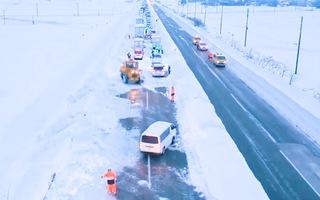 Video: Hàng trăm ô tô mắc kẹt trên đường cao tốc sau trận tuyết dày ở Nhật Bản