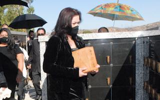 Video: Ca sĩ Phương Loan ôm tro cốt cố nghệ sĩ Chí Tài đến an vị tại nghĩa trang