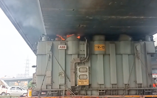 Video: Xe đầu kéo mắc kẹt dưới chân cầu vượt và phát nổ