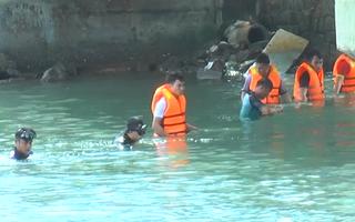 Video: Bé trai 1 tuổi rơi xuống cảng biển chết đuối ở Quảng Ngãi