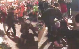 Video: Đi chơi Noel, nam thanh niên bị nhóm người lao vào đánh tại Hồ Gươm