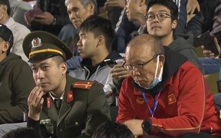 Video: HLV Park Hang Seo cho kẹo chiến sĩ an ninh gây sốt mạng xã hội
