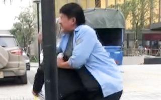 Video: Tài xế đánh khách chờ xe buýt vì bị chê xe đi lòng vòng
