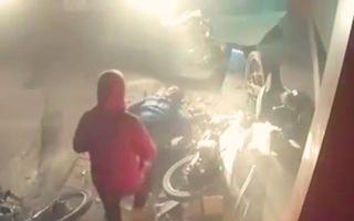 Video: Xe ben nổ lốp, tông 3 xe máy và cuốn người phụ nữ vào gầm