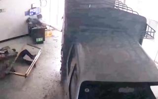 Video: Tài xế không bằng lái nhấn nhầm chân ga, xe tải lao vào trạm xăng