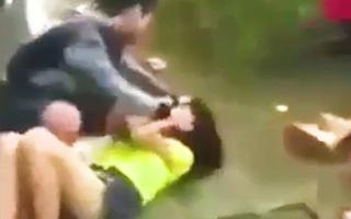 Video: Hai nữ sinh bị hai phụ nữ lạ đánh dã man ở Đồng Nai