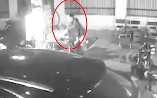 Video: Truy tìm người phụ nữ lấy trộm túi tiền của bà cụ bán thịt nướng
