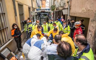 Video: Dùng cần cẩu giải cứu người đàn ông nặng 300kg mắc kẹt trong nhà