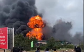 Video: Nổ xe chở pháo gần cửa khẩu quốc tế Lao Bảo, 2 người chết, nhiều người bị thương