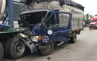 Video: Xe tải tông vào đuôi xe bồn, người dân phá cabin đưa tài xế đi cấp cứu