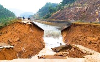 Video: Kênh thủy lợi ngàn tỉ ở Thanh Hóa bị vỡ giữa mùa khô