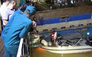 Video: Gần 100 người giải cứu sà lan 500 tấn mắc kẹt dưới gầm cầu Rạch Cát