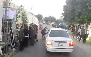 Video: Đám cưới dựng rạp lấn đường khiến khách suýt gặp tai nạn