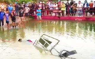 Video: Xe tải khi lên phà qua sông Đồng Nai thì bị rơi xuống sông