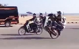 Video: Hàng chục thanh niên đầu trần, bốc đầu phóng xe máy ầm ầm ở Sầm Sơn