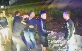 Video: Tài xế và 3 nhân viên xe khách đánh nhau như phim hành động
