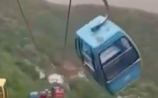 Video: Cabin cáp treo lắc lư trong gió khiến nhiều người hoảng sợ