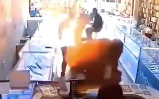 Video: Iphone phát nổ khi đang thay pin