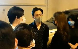 Video: Nghệ sĩ Hoài Linh, Trấn Thành và nhiều ca sĩ đến trung tâm pháp y gặp mặt, lo hậu sự cho nghệ sĩ Chí Tài