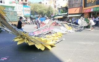 Video: Sập cổng chào nặng hàng trăm kg, 2 người nhập viện