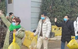 Video: Những bệnh nhân đầu tiên ở Trung Quốc xuất viện Hỏa Thần Sơn