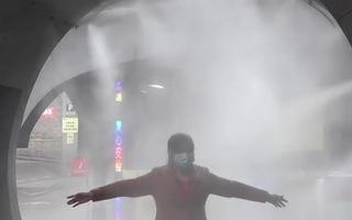 Video: Nhiều công ty ở Trung Quốc lắp đặt 'đường hầm' khử trùng chống corona