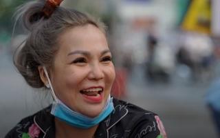 Video: Người phụ nữ cả tuần đội nắng, đội mưa phát khẩu trang miễn phí