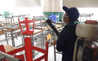Video: Khẩn trương khử trùng trường, lớp tại TP.HCM