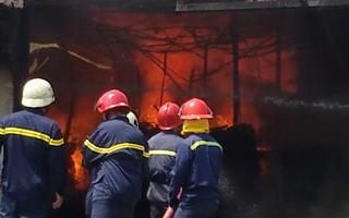 Video: Cháy lớn, công nhân tháo chạy khỏi xưởng gỗ