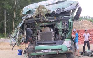 Video: Xe khách đâm xe, cả hai xe lao xuống vực