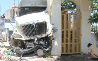Video: Xe container cuốn nhiều xe máy vào gầm rồi đâm mạnh vào cổng dinh Bà Ngũ Hành