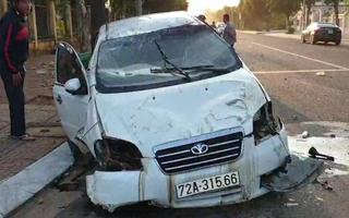 Video: Ôtô lạc tay lái, đâm gãy trụ điện rồi lật ngửa