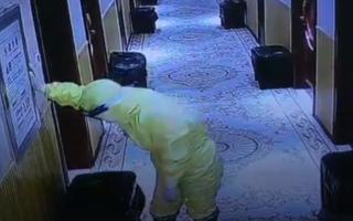 Video: Nữ y tá ngất xỉu vì làm việc kiệt sức trong cuộc chiến chống lại COVID-19