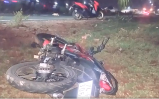Video: Xe du lịch tông văng xe máy bên lề đường rồi bỏ chạy