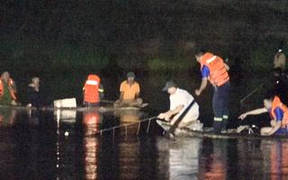 Video: 4 người được cứu, 6 thi thể được tìm thấy trong vụ chìm ghe trên sông Vu Gia