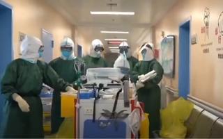 Video: Đội 'đặt nội khí quản' cật lực làm việc cứu bệnh nhân khỏi COVID-19