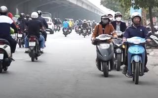 Video: Thản nhiên 'phóng xe' ngược chiều trên đường phố Hà Nội