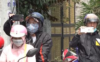 Video: Lập biên bản hàng chục youtuber tụ tập tại khu vực truy bắt Tuấn 'khỉ' để livestream