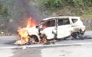 Video : Ô tô 7 chỗ bốc cháy trên đường khiến 2 người chết
