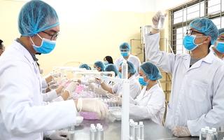 Video: ĐH Bách Khoa Hà Nội sản xuất 35.000 chai sát khuẩn miễn phí cho sinh viên