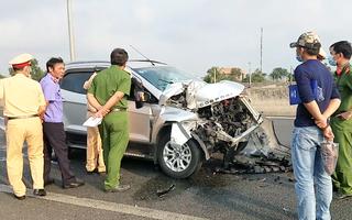VIdeo: Tông đuôi container, 2 người bị kẹt trong ôtô đang bốc cháy