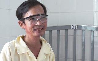 Cứu đôi mắt có nguy cơ mù vĩnh viễn của một thầy giáo nghèo